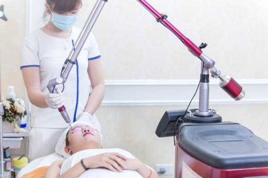 Sử dụng phương pháp điều trị sẹo lõm bằng công nghệ cao